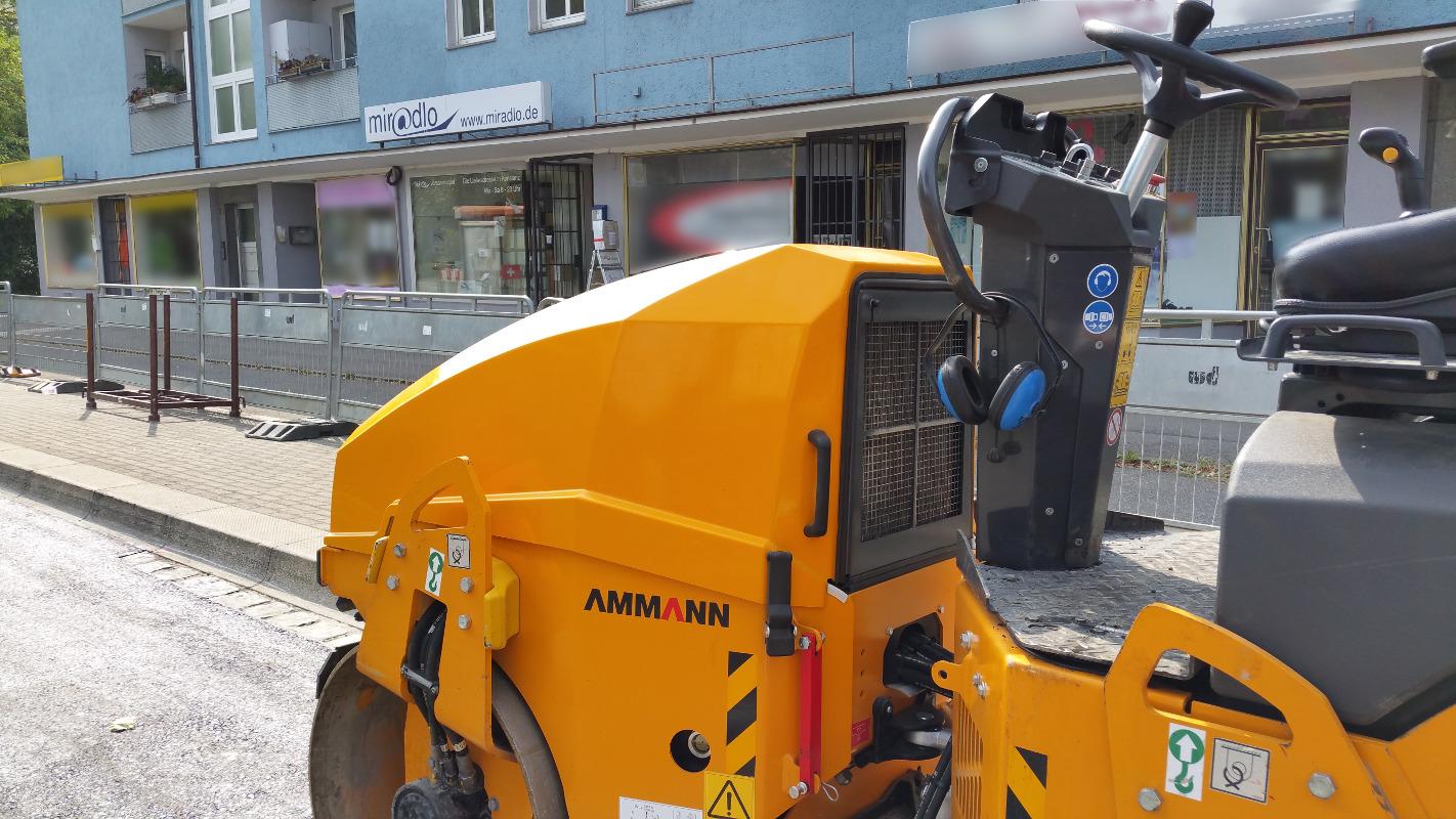 Baustelle, jetzt erstmal mit Wochenendpause, vor der Lieferadresse miradlo-Versanddepot, Bushalteplatz muss repariert werden