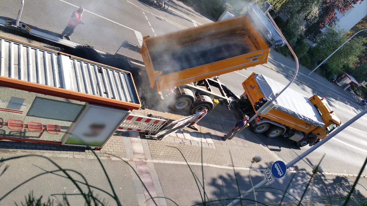 2. Baustellentag mit duftendem Asphalt, vor der Lieferadresse miradlo-Versanddepot, Bushalteplatz muss repariert werden