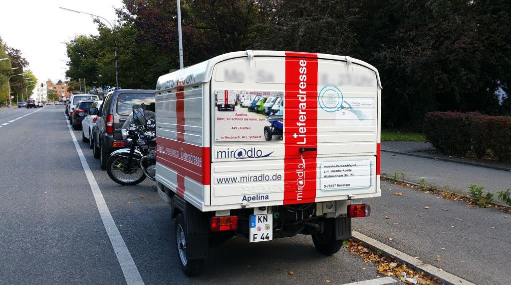 Apelina mit Schild fürs Apetreffen - von Konstanz zum Ape-Treffen - Herznach, Aargau, Schweiz - Lieferadresse