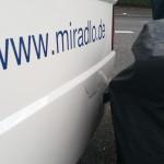 Apelina weggetragen, behindernd und gefährdend mit Schaden an Ape und einem Motorrad auf den Radweg - Wollmatinger Straße, Konstanz, miradlo-Versanddepot Lieferadresse