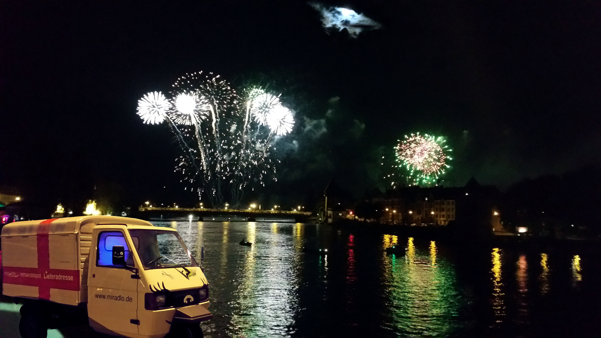 Feuerwerk am Rhein in Konstanz, Apelina - miradlo Versanddepot, die Lieferadresse