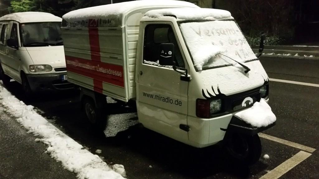 """Apelina nachts mit """"Versanddepot 1 Jahr :)"""" im Schnee auf der Windschutzscheibe, Lieferadresse Konstanz Winter"""