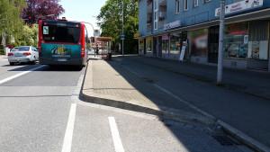 Bushaltestelle mit Bus vor der Tür vom miradlo Versanddepot, Kurzparkplätze nur wenige Meter entfernt, Lieferadresse in Konstanz