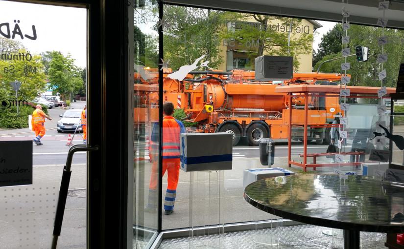 Baufahrzeug vorm Laden durchs Schaufenster fotografiert, miradlo Versanddepot, Lieferadresse Konstanz