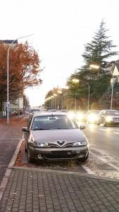 Auto ohne Kennzeichen auf einem Kurzparkplatz, steht seit über sieben Wochen, statt nur für 2 Stunden
