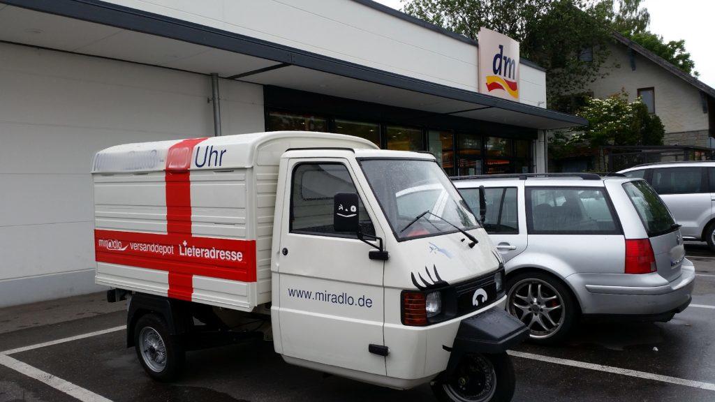 Apelina als Einkaufsfahrzeug, im Drogeriemarkt DM, in Konstanz - miradlo-Versanddepot