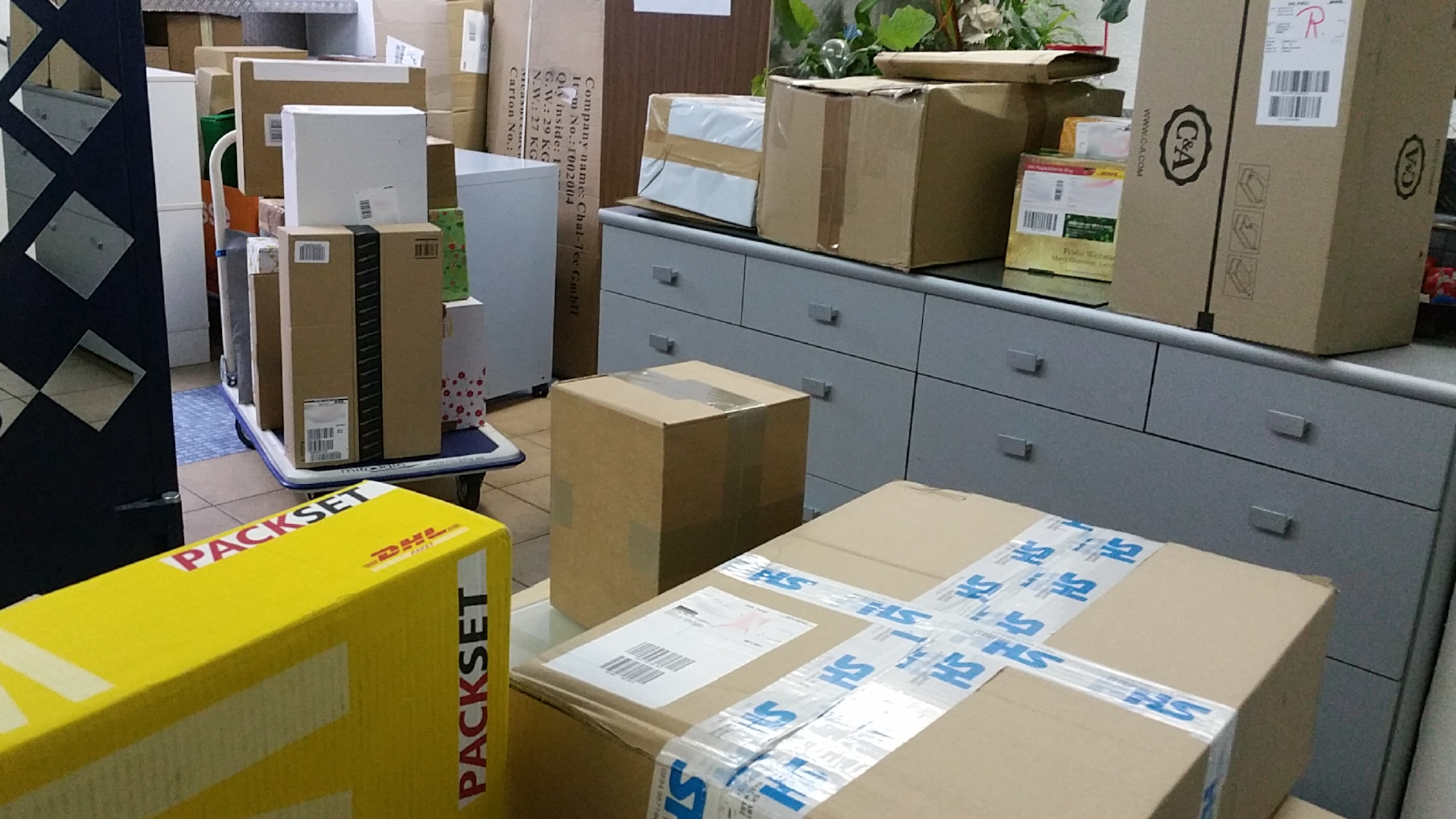 Pakete kommen an, wir sortieren und lagern ein, miradlo-Versanddepot Konstanz, die Lieferadresse