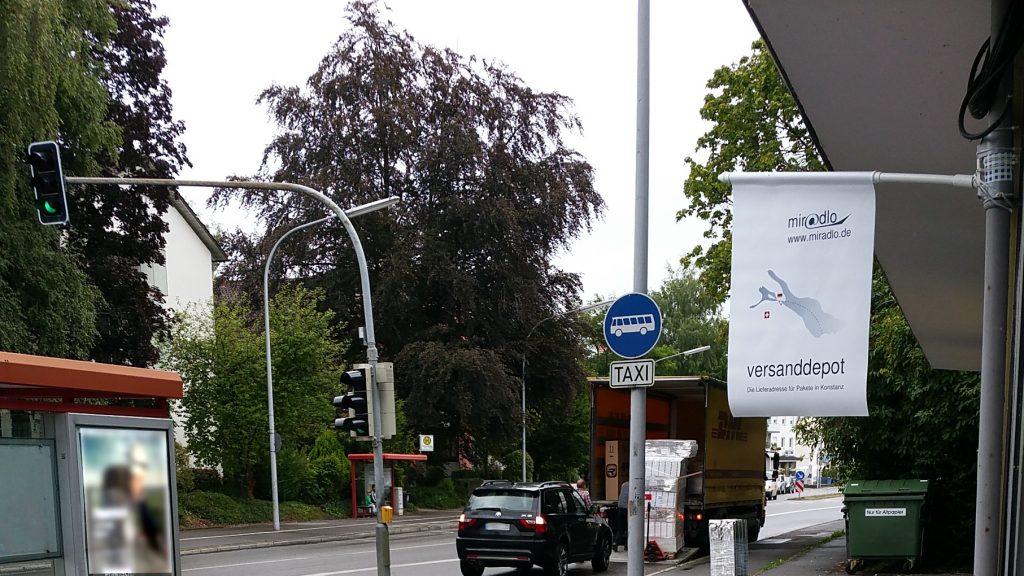 DHL, manchmal zugestellt, Zusteller beim miradlo-Versanddepot, der Lieferadresse in Konstanz