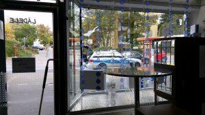 Polizeiwagen vorm miradlo-Versanddepot - Symbolbild
