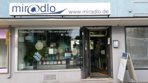 Schaufenster tagsüber mit Öffnungszeiten - miradlo Versanddepot
