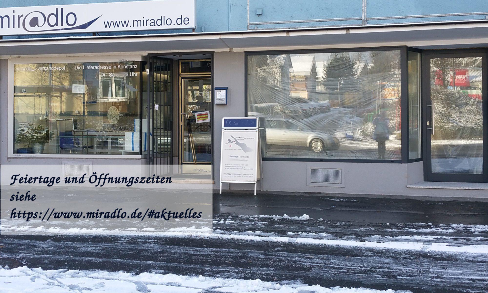 Schaufenster miradlo Versanddepot mit etwas Schnee und Öffnungszeiten-Infos