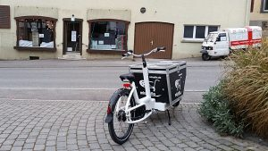 miradlo-Lastenrad vorm Versanddepot in Randegg (Filiale Randegg wegen Bauarbeiten nicht aktiv ab Januar 2020)