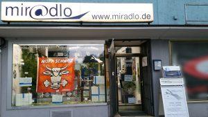 miradlo-Versanddepot Konstanz, Schaufenster mit Fußballdeko und Hopp-Schwiiz-Fahne