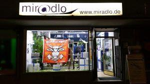...abends bis 23 Uhr - miradlo-Versanddepot Konstanz, Schaufenster mit Fußballdeko und Hopp-Schwiiz-Fahne