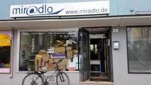 viele Pakete im miradlo-Versanddepot, der Lieferadresse Konstanz