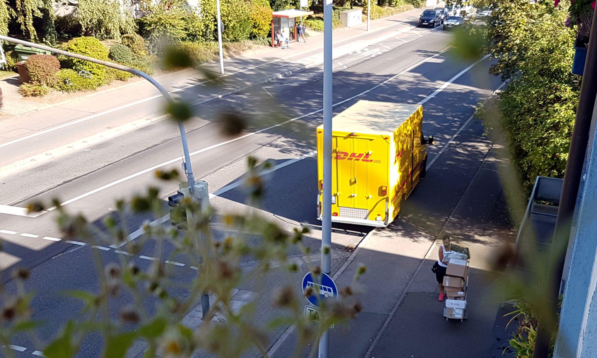 Einer von mehreren DHL-Zustellern täglich, mit Paketen - miradlo-Versanddepot Konstanz