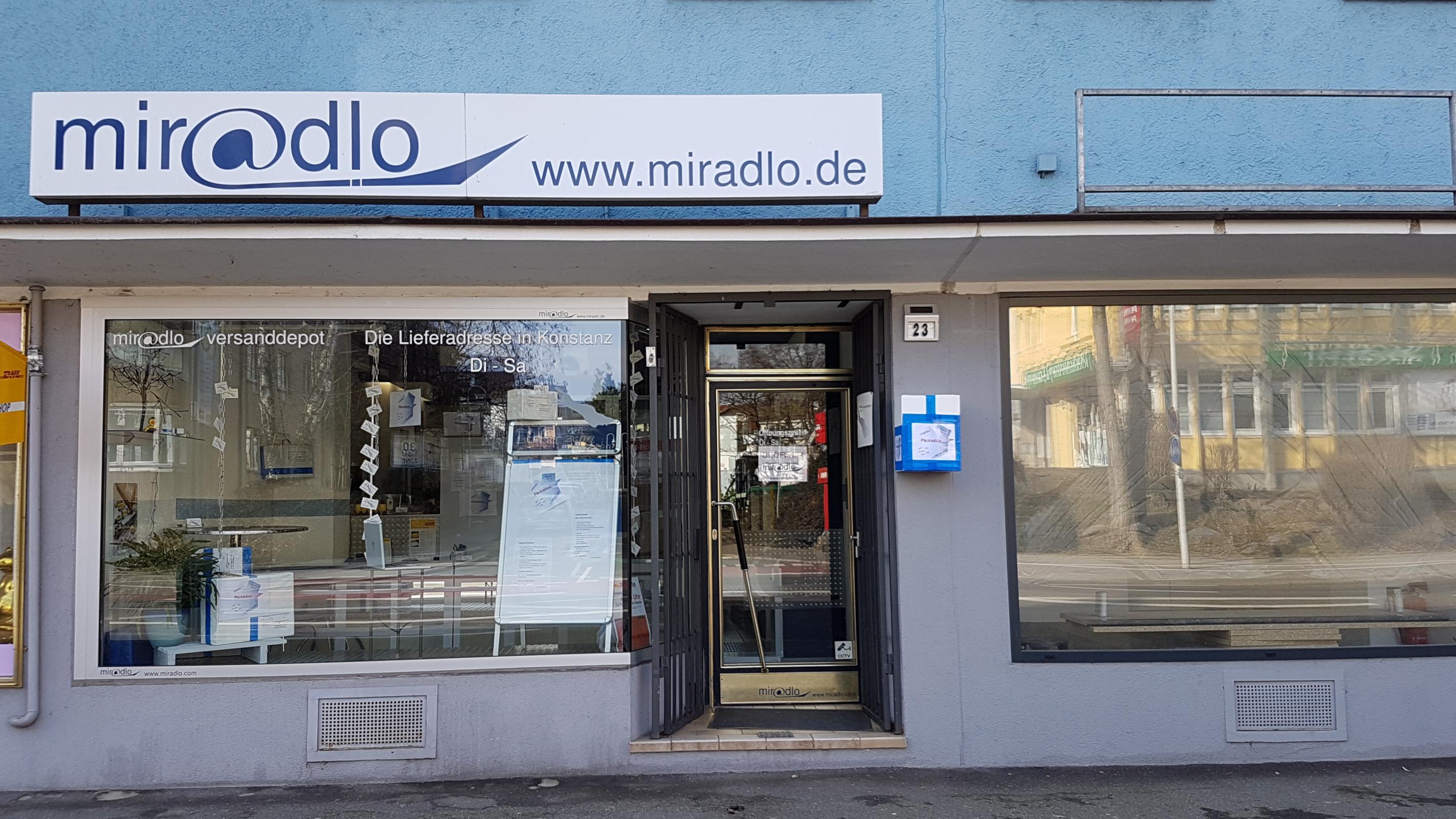 Schaufenster: Päcklebox als Lieferadresse im miradlo-Versanddepot Konstanz, nimmt Pakete aller Zustelldienste, Di-Sa von zehn bis zehn geöffnet