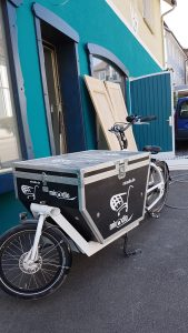 Lastenrad mit miradlo-Logo vor der Krone Randegg