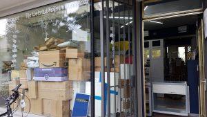 Wir machen was mit Paketen, manchmal auch mit sehr vielen Paketen, so dass auch das Schaufenster voller Päckle ist,- miradlo Versanddepot - Päcklebox als Lieferadresse in Konstanz
