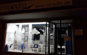 Corona-Pause  - vorerst keine Öffnungszeiten, miradlo, Konstanz, Schaufenster mit Pandemie-Info-Schild